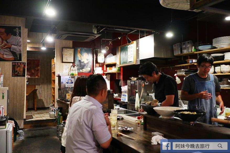 居酒屋底層為吧檯,開放式廚房令食客可以看到製作過程。